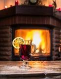 Varmt funderat vin med den orange skivan, kryddnejlikor och den kanelbruna pinnen Arkivfoton