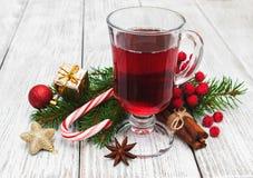 Varmt funderat vin och julpynt royaltyfri bild