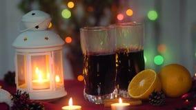 Varmt funderat vin och lykta för nytt år lager videofilmer