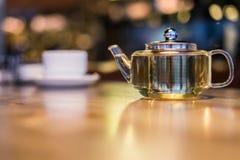 Varmt grönt te i en glass genomskinlig tekanna Royaltyfria Foton