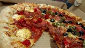 Varmt hendmaky för pizza fotografering för bildbyråer