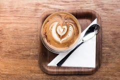 Varmt kaffe för cappuccino i koppbakgrunden Arkivbild