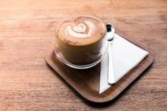 Varmt kaffe för cappuccino i koppen på tabellbakgrunden Arkivbilder