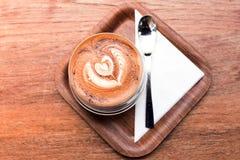 Varmt kaffe för cappuccino i koppen på tabellen Arkivfoto