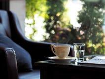 Varmt kaffe för ny brygd som tas från coffee shop Arkivbild