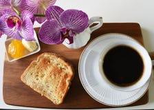 Varmt kaffe i den vita koppen med rostat bröd Arkivfoton