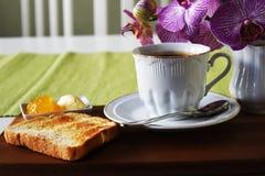 Varmt kaffe i den vita koppen med rostat bröd Royaltyfria Bilder