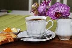 Varmt kaffe i den vita koppen med rostat bröd Royaltyfri Foto