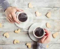 Varmt kaffe i händerna av älskad Fotografering för Bildbyråer
