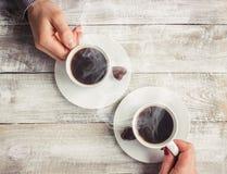 Varmt kaffe i händerna av älskad Arkivbilder