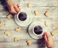 Varmt kaffe i händerna av älskad Arkivfoton
