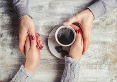 Varmt kaffe i händerna av älskad Royaltyfria Foton