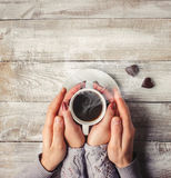 Varmt kaffe i händerna av älskad Royaltyfri Foto
