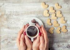 Varmt kaffe i händerna av älskad Royaltyfri Bild