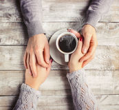 Varmt kaffe i händerna av älskad Arkivfoto