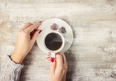 Varmt kaffe i händerna av älskad Royaltyfri Fotografi