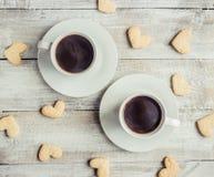 Varmt kaffe i händerna av älskad Royaltyfria Bilder
