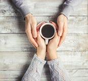 Varmt kaffe i händerna av älskad Arkivbild