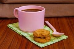 Varmt kaffe i rosa färgkopp arkivbilder