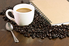 Varmt kaffe med bönor Arkivbild