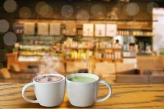 varmt kaffe med en härlig målning på yttersidan och varmt grönt te är blicken som mycket är trevlig för koppla avtiden och, start royaltyfri bild