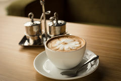 Varmt kaffe med lattekonst Arkivfoto