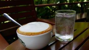 Varmt kaffe- och isvatten Fotografering för Bildbyråer