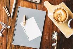 Varmt kaffe på den wood tabellen Arkivbild