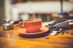 Varmt kaffe på skrivbordarbete Arkivbilder