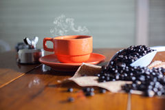Varmt kaffe på skrivbordarbete Royaltyfria Bilder