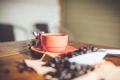 Varmt kaffe på skrivbordarbete Arkivfoto
