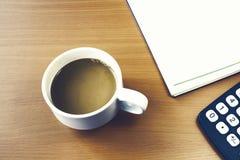 Varmt kaffe på skrivbordet Fotografering för Bildbyråer