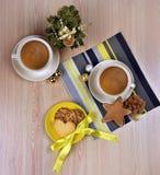 Varmt kaffe/te, kryddor på en träbakgrund Jul Comf Arkivfoto