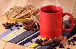 Varmt kaffe/te, kryddor på en träbakgrund Jul komfort Arkivfoto