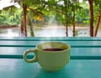 Varmt kaffe vid floden royaltyfria foton