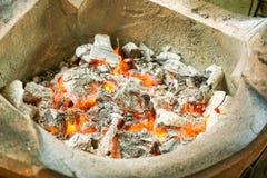 Varmt kol i ugn arkivfoto