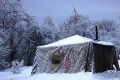 Varmt lägerbad i mitt av en snöig skog i frostigt väder Önska att ta ett ångabad i vinter arkivfoton