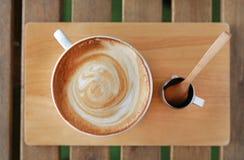 Varmt lattekaffe för bästa sikt på trätabellen royaltyfri fotografi
