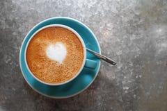 Varmt lattekaffe med konst för hjärtaformlatte Arkivbild