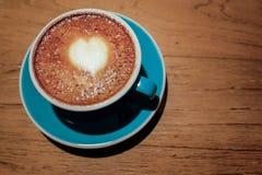 Varmt lattekaffe med konst för hjärtaformlatte Arkivfoton