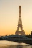 Varmt ljus av soluppgång på Eiffeltorn, Paris, Frankrike Royaltyfri Bild