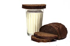 Varmt mjölka i kopp på den wood tabellen med skeden i morgontid arkivfoton