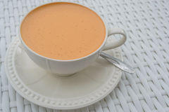 Varmt mjölka te i en vit kopp Royaltyfria Bilder