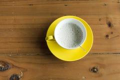 Varmt mjölkar på den wood tabellen Arkivbilder