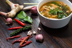Varmt och kryddigt grisk?ttben med tamarindfrukt och thail?ndsk ?rtsoppa p? bunken arkivfoton