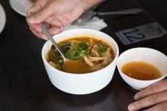 Varmt och kryddigt grisk?ttben med tamarindfrukt och thail?ndsk ?rtsoppa p? bunken arkivfoto