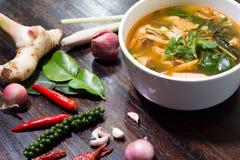Varmt och kryddigt grisk?ttben med tamarindfrukt och thail?ndsk ?rtsoppa p? bunken arkivbild