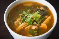 Varmt och kryddigt grisk?ttben med tamarindfrukt och thail?ndsk ?rtsoppa p? bunken royaltyfria bilder
