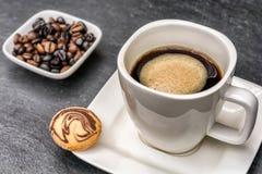 Varmt och nytt kaffe med ett läckert kex arkivbilder