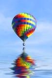 varmt over vatten för luftballong Royaltyfri Bild